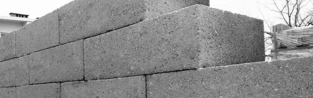 Bloczki betonowe ułożony w mur
